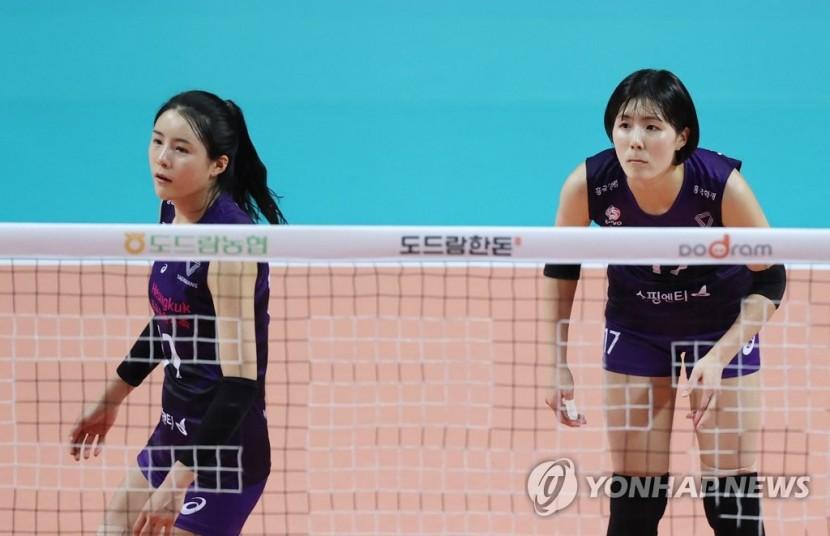 흥국생명에서 뛰었던 쌍둥이 자매 이재영(오른쪽), 이다영