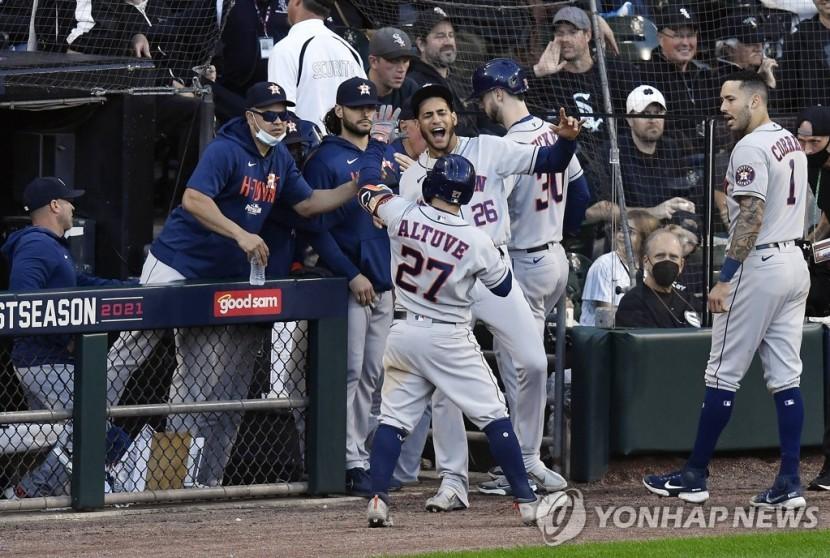 9회 대승을 자축하는 스리런 홈런을 친 알투베