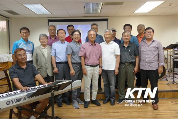 지난 2일 달라스 한인 문화센터에서 노래 교실 회원들이 함께 단체 사진을 찍었다.