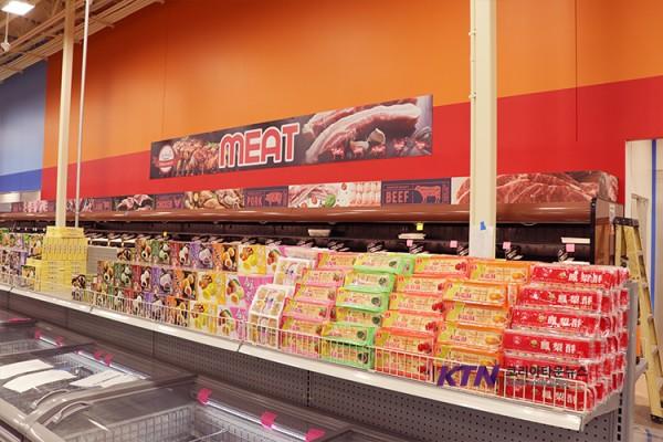 갤러리아 마트는 신선 식품을 비롯해 인터내셔널 고객들을 위한 종합 마트로 태어나고 있다.