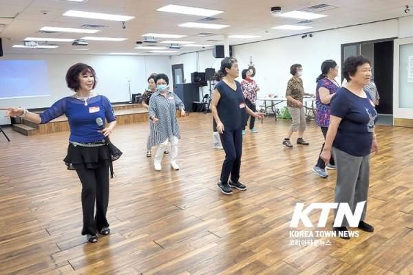 여성 아카데미 회원들이 라인댄스 수업을 받고 있다.