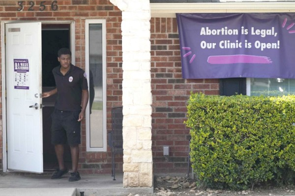 포트워스 지역의 한 낙태 클리닉 앞에 새 낙태금지법에 반대하는 현수막이 걸려 있다. [사진제공 AP통신]