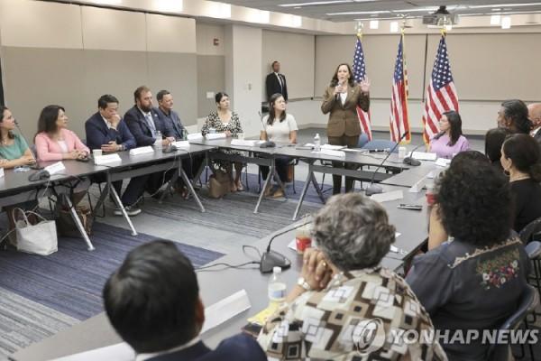 카멀라 해리스 부통령이 지난 13일, 투표권 제한법 저지를 위해 워싱턴 D.C에 온 텍사스 주 민주당 하원의원들을 만나고 있다.