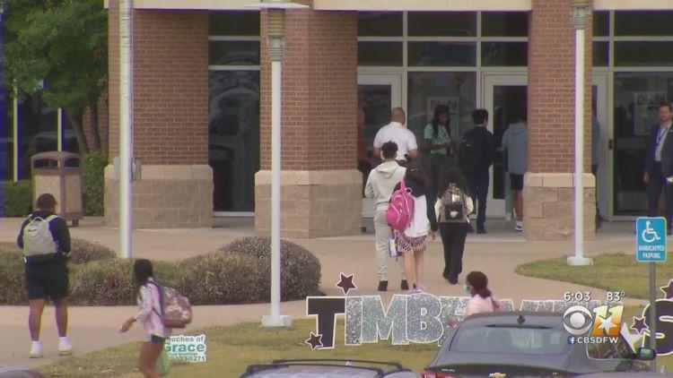 어제 정상 수업을 재개한 알링턴의 팀버뷰 고등학교 (사진 출처: CBS DFW)