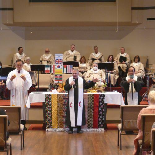 세상의빛 교회는 세계성찬주일 맞아 미국교회, 베트남교회와 함께 연합예배 드렸다. 올더스게이트 담임 위트니 목사가 성찬식을 인도하고 왼쪽 김형남 목사가 빵을 오른쪽 베트남교회 트롱 목사가 잔을 들고 있다