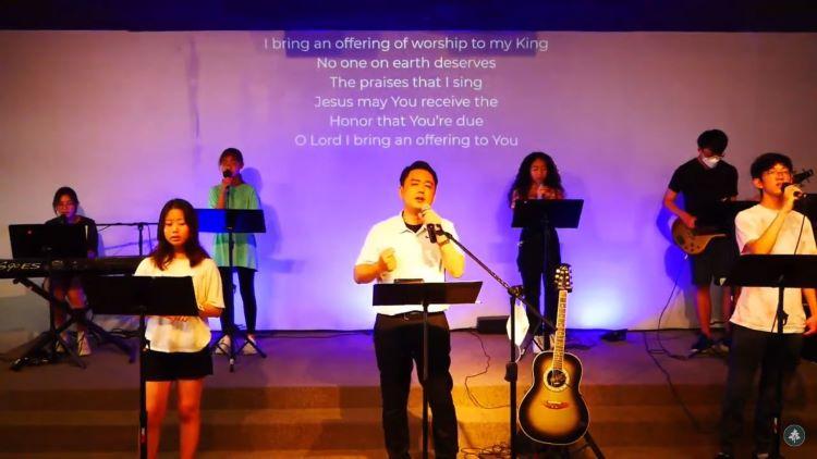 큰나무교회 청소년부 찬양단과 함께 결단의 기도를 하고 있는 모습