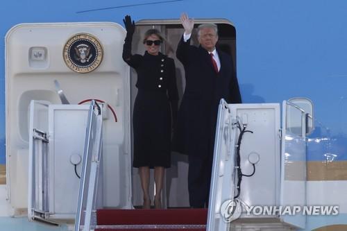 트럼프 전 대통령과 멜라니아 여사가 마지막 연설 후 플로리다로 떠나는 에어포스 원 앞에서 손을 흔들고 있다.