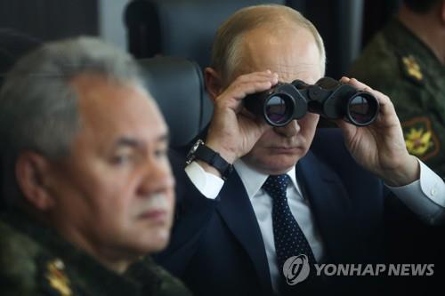 푸틴 대통령이 13일 러시아와 벨라루스의 공동 군사 훈련을 참관하는 모습.