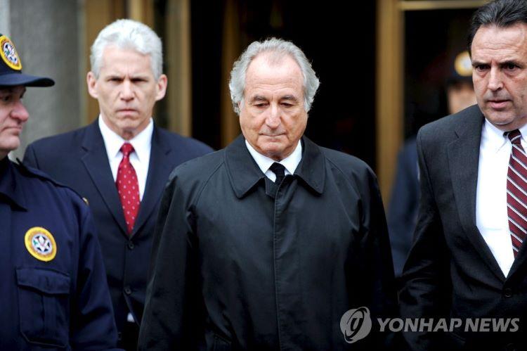 2009년 3월 뉴욕 연방지방법원 나서는 버나드 메이도프 [사진 출처: 연합뉴스]