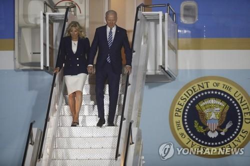 G7 정상회의 개최지 영국 콘월 도착한 바이든 부부