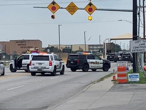 텍사스 공군기지 앞에 출동한 샌안토니오 경찰 (사진 출처: 연합뉴스 / 트위터 캡처)
