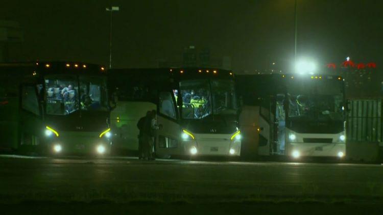 10대 밀입국 아동들이 장시간 버스에서 생활하는 것으로 알려져 큰 우려를 사고 있다. (사진 출처: NBC 5)