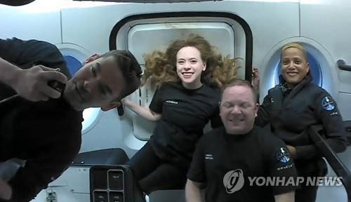 무중력 상태에서 단체 사진을 찍은 스페이스X 우주관광객