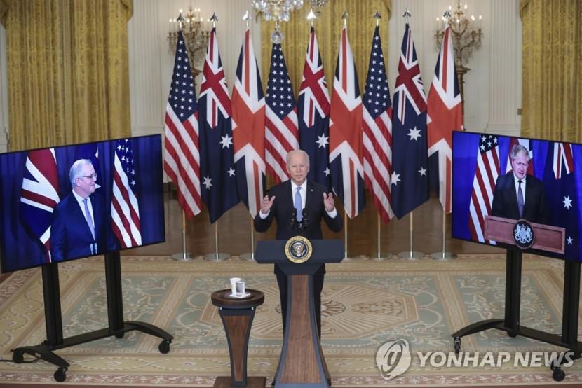 조 바이든 미국 대통령이 화상으로 함께한 스콧 모리슨 호주 총리(왼쪽), 보리스 존슨 영국 총리(오른쪽)와 오커스 발족을 발표하고 있다.