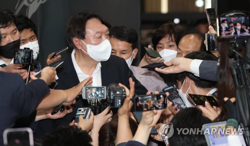 취재진에 둘러싸인 윤석열