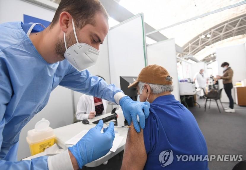 코로나19 백신 접종 중인 이탈리아 의료진