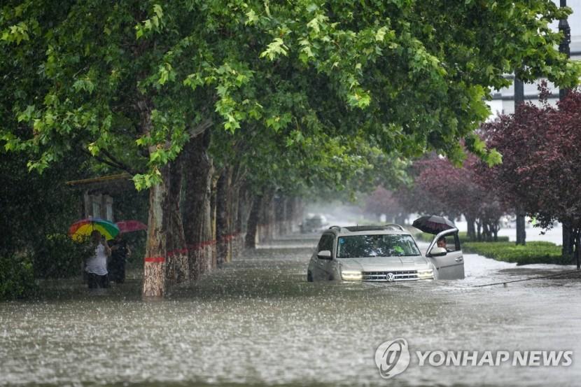 20일 중국 허난성 정저우에서 차량이 폭우로 인해 침수된 모습
