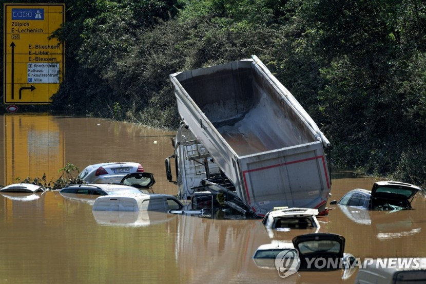 독일 노르트라인베르트팔렌 에르프츠타트 고속도로에 17일 침수된 차량들이 남겨져있다.