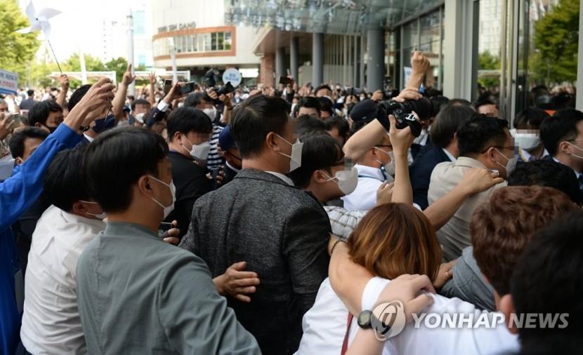 4일 오후 대전시 유성구 도룡동 대전컨벤션센터에서 열린 더불어민주당 대선 후보자 선출을 위한 대전·충남 합동연설회 시작에 앞서 지지자들이 후보들을 응원하고 있다.