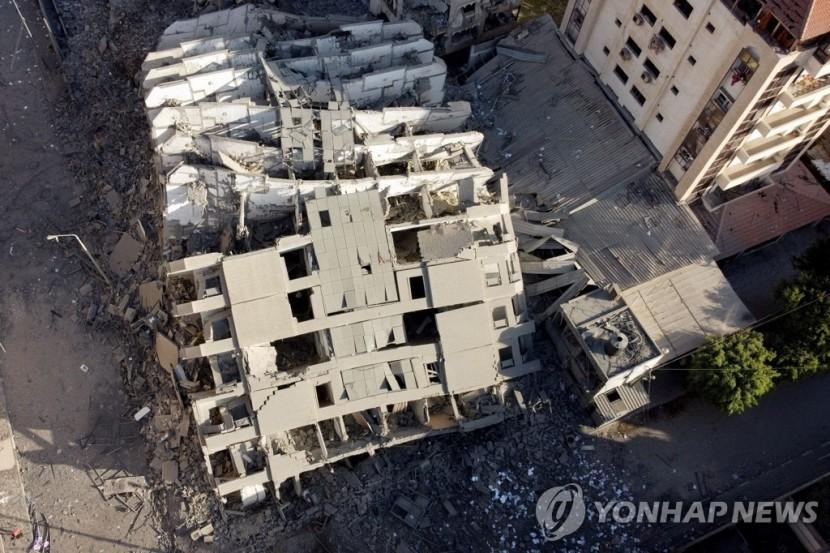 이스라엘군 공습에 무너져내린 가자지구 고층 건물 [가자시티 로이터=연합뉴스]