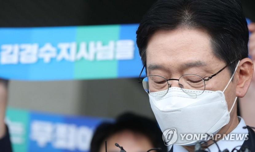 김경수 경남지사가 21일 경남도청에서 입장 표명 중 생각하고 있다.