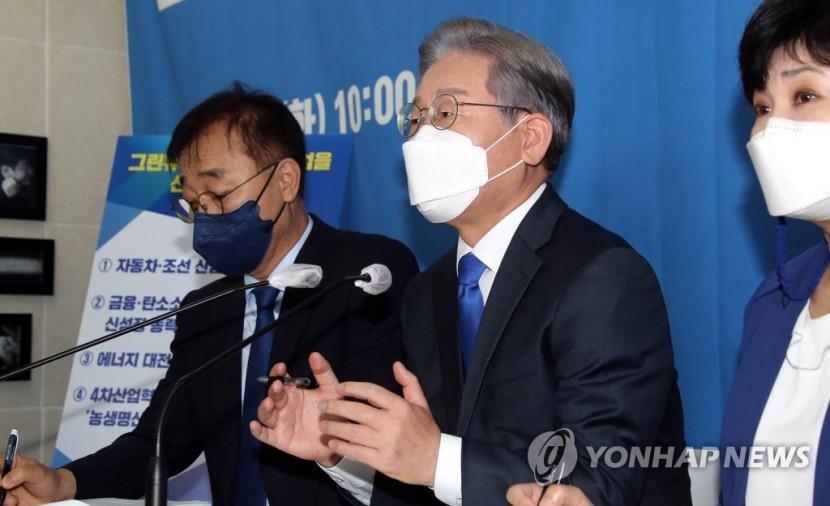 더불어민주당 이재명 대선 경선 후보가 14일 서울 여의도 캠프에서 열린 전북 공약 발표 기자간담회에서 기자들의 질문에 답변하고 있다.
